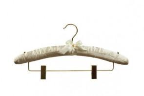 knijperhanger satijn gebroken wit goudkleurige haak en knijpers lengte 38 cm