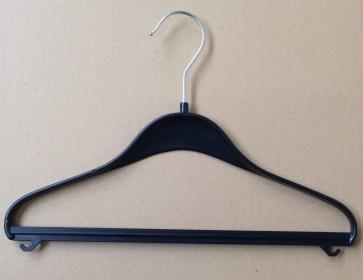 zwarte kunststof, 44 cm schouders 19 mm met broeklat en rokhaakjes.